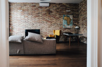 Moderná obývačka s industriálnou tehlovou stenou