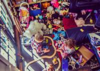 Drevený regál s úložnými kontajnermi na hračky