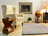 Obývacia izba v teplých farbách so vstavaným krbom