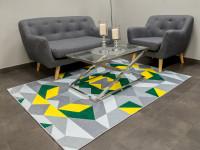 Výrazný geometrický koberec a sivá sedacia súprava