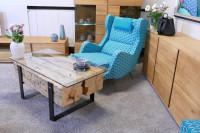 Obývacia izba s originálnym stolíkom zo smrekového dreva