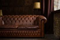 Hnedý dvojmiestny kožený gauč vo vintage štýle