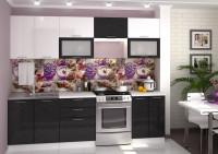 Čiernobiela kuchynská linka s výklopnými dvierkami na horných skrinkách