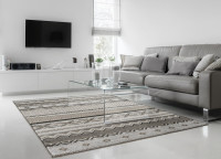 Moderná biela obývačka v kombinácii so sivým nábytkom