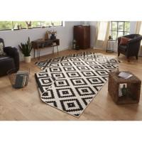 Obývacia izba s obojstranným kobercom s kosoštvorcovým vzorom