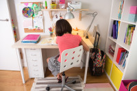 Písací stolík, stolička, stolová lampa a biele police