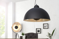 Čierne industriálne svietidlá v konstraste s bielymi stenami