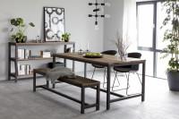Jedáleň v industriálnom štýle v kombinácii s vintage nábytkom