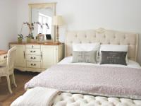 Spálňa zariadená béžovým vintage nábytkom