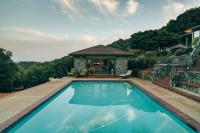 Vonkajší bazén pri kamennom letnom domčeku
