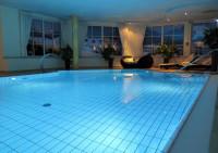 Lehátka a pohovka pri bazéne nepravidelných tvarov