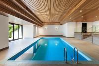 Obdĺžnikový bazén a drevený strop