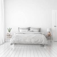 Biela spálňa s minimalistickým zariadením