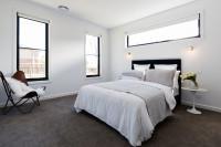 Jednoduchá spálňa s dostatkom svetla