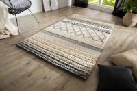 Pletený koberec v prírodných farbách na drevenej podlahe