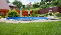Zapustený okrúhly bazén v záhrade