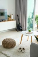 Svetlá škandinávska obývačka so vstupom na balkón