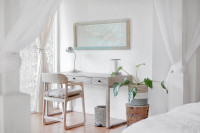 Jednoduchý drevený stolík so šuplíkmi a drevenou stoličkou s podsedákom