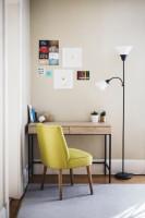 Stolík s kovovými nohami, žltozelená čalúnená stolička a stojanová lampa