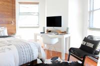 Biely písací stolík so stoličkou pri posteli