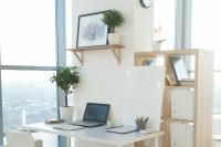 Biely písací stolík a drevené police