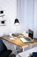 Drevené laty na kovových nohách, stolová lampa