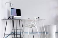 Sivý a biely stolík, biela stolička a stojanová lampa
