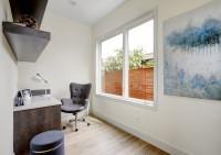 Písací stolík, stolička, stolová lampa a drevené police