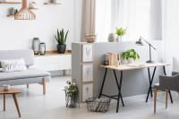 Písací stolík so stolovou lampou a stoličkou v obývačke