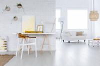 Biely písací stolík so stolovou lampou a bielo-zlatá stolička