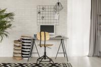 Sivý stolík, stolička a stropná lampa