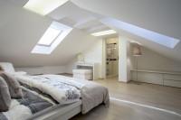 Spálňa s kúpeľňou v podkroví s bielym nábytkom
