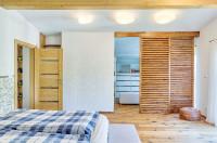 Spálňa s walk-in šatníkom v minimalistickom štýle