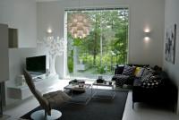 Čierna rohová sedačka v modernej obývačke