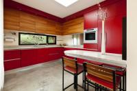 Červená kuchynská linka kombinovaná s drevom