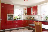 Lesklá červená kuchynská linka s bielymi policami