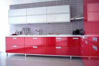Červeno-biela kuchynská linka so sivou zástenou