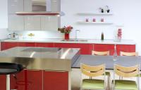 Červená kuchynská linka so sivou s ostrovčekom