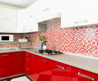 Kuchynská linka s bielymi a červenými skrinkami a červeno-bielou zástenou