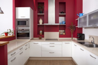 Biela kuchynská linka s červenou stenou
