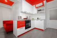Biela kuchynská linka s červenou