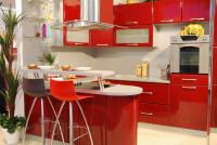 Lesklá červená kuchynská linka s barovým pultom a sklenenými policami