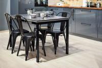 Lesklý jedálenský stôl v čierno-bielo-sivej kombinácii