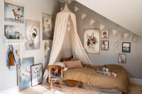 Detská izba v podkroví s posteľou s baldachýnom