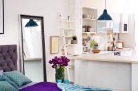 Svetlá kuchyňa v kontraste s modro-fialovou spálňou