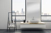 Minimalisticky zariadená kúpeľňa s veľkým zrkadlom