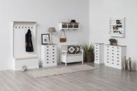 Predsieň s bielym nábytkom vo vintage štýle