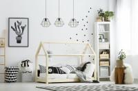 Domčeková posteľ, biely regál a čierno biele vankúše aj koberec