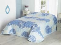 Spálňa v provensálskom štýle s modrými doplnkami
