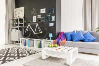 Paletový stolík a prepravkové poličky v bielej
